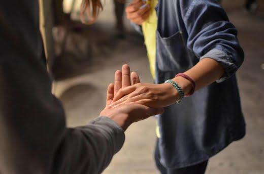 uitreikende helpende hand