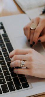 handen leunend op laptop